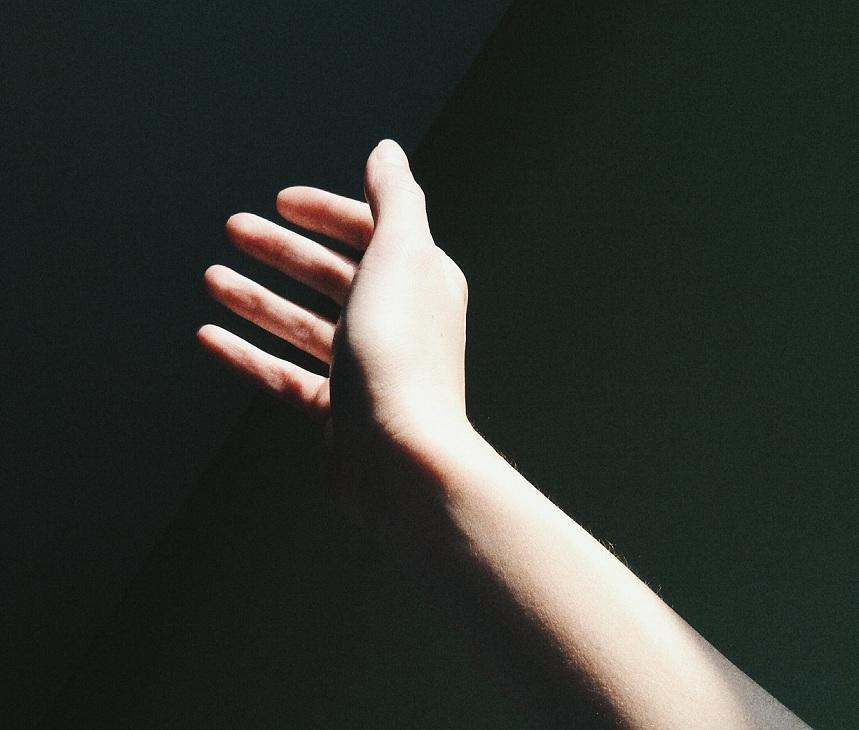 un bras qui lévite en séance d'hypnose